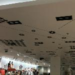 Behangen van zwevend plafond met een druk print behang