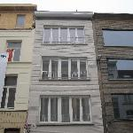 schilderen van gevel , dakgoot en metalen grilwerk appartement te Antwerpen