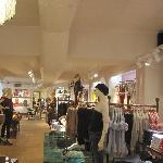 Spuiten van tin plafonds airco kanalen in shop te Luxemburg in opdracht van Jansen Finishings
